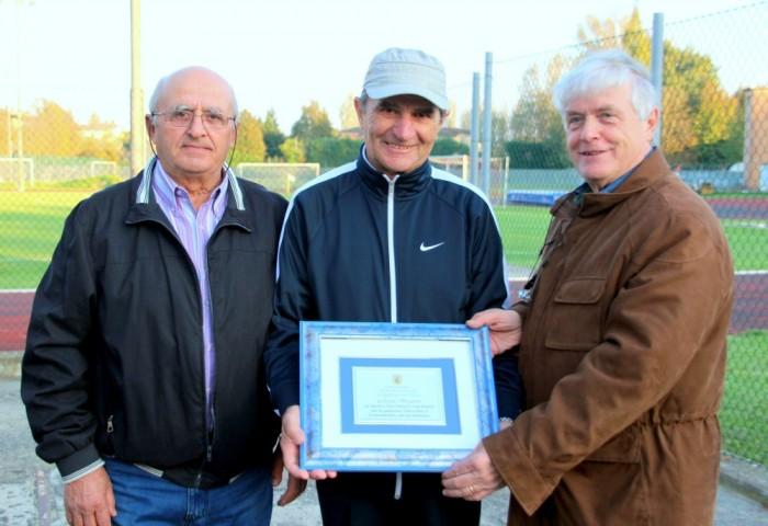 Mestola (a sinistra) e Reggiani (a destra) premiano Renato Bergamini