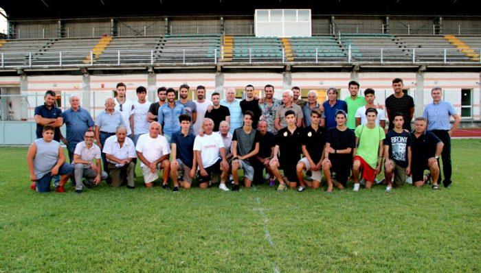 Foto di gruppo squadra-dirigenti alla presentazione del nuovo Us San Felice